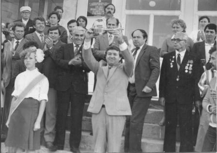 Фото из архива колледжа - Директор А.С.Малин с символическим ключом училища